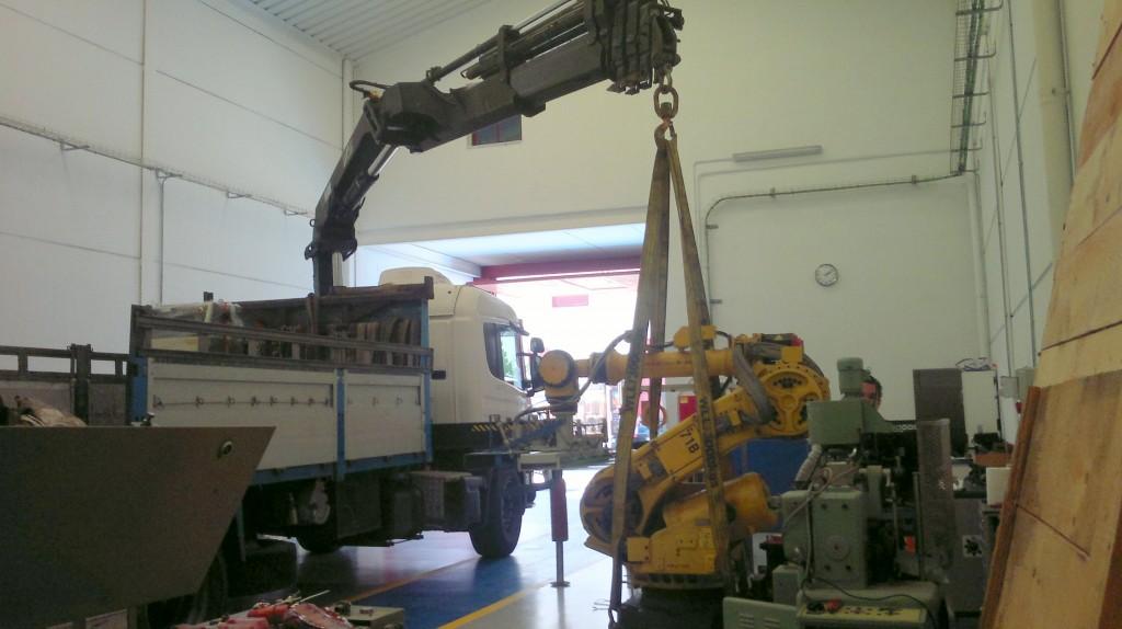 camion grua moviendo robot